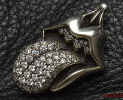 クロムハーツ チャームL&Tに正規品クラス(VSクラリティ)のダイヤをパヴェカスタムしました。