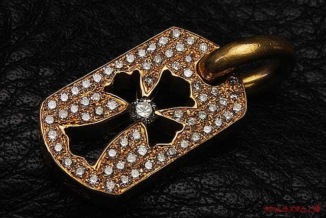22Kカットアウトクロスドッグタグ(タイニー) 長さ:約16mm×幅:約9mm×厚さ:約2mm にダイヤモンドをカスタムしました。