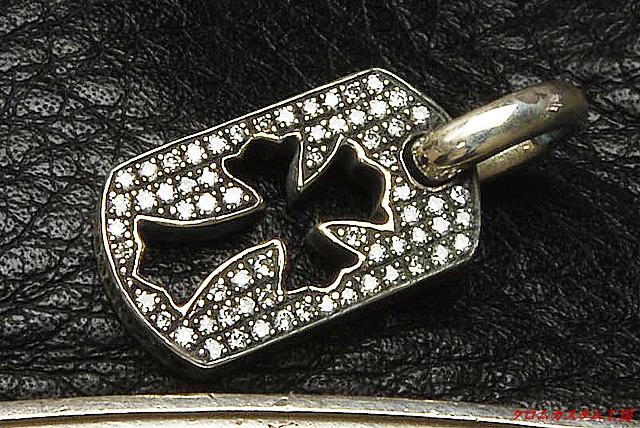 クロムハーツ、カットアウトクロスドッグタグ(タイニー)に、 一般クラス(Iクラリティ)を65石、 トータル 0.227カラットのダイヤモンドをセッティングしました。