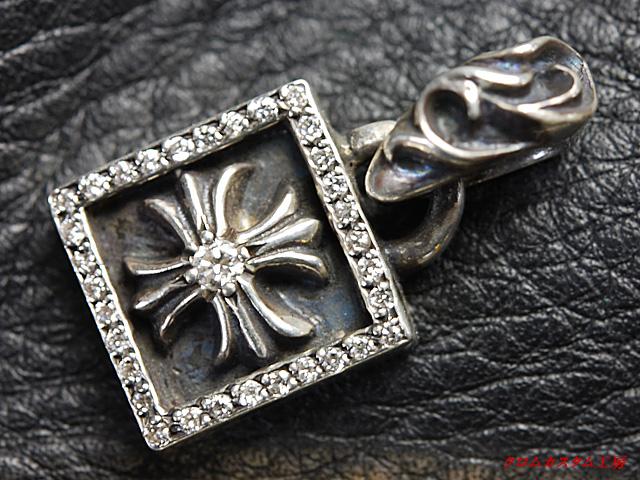 クロムハーツ、フレームドCHプラスチャームに ダイヤモンドを33石カスタムしました。(トータル0.169カラット)