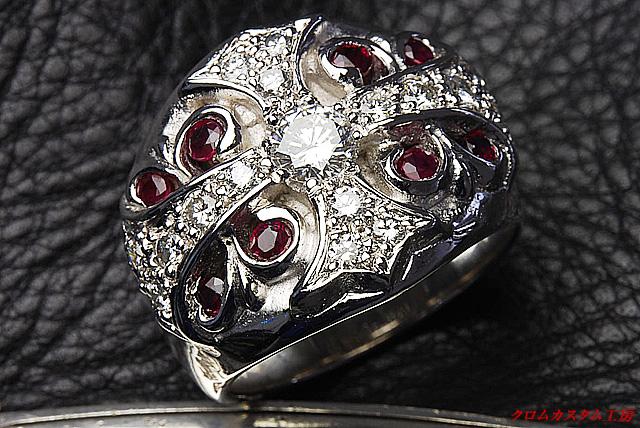 キーパーリングの十字の部分にダイヤモンドをパヴェカスタムしスクロールの部分にルビーをカスタムしました。