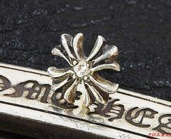 chプラススタッドピアスにダイヤモンドを1石カスタムしました。