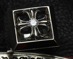 クロムハーツ レターブロックリングCHプラスのセンターに ダイヤモンド(中級クラスSIクラリティ)を1石カスタムしました。