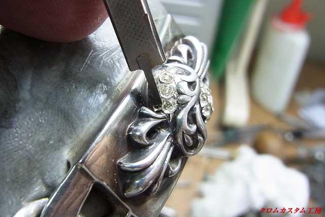 穴と穴との隙間のシルバーの部分をタガネで彫り起こして爪を作ります