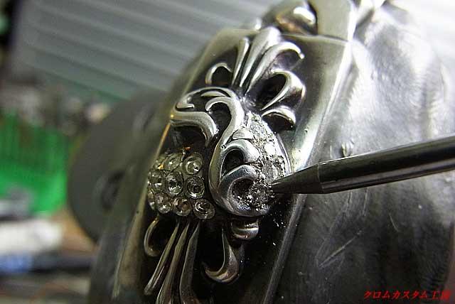 ダイヤを乗せて、ナナコタガネで爪を丸めながらセットします。