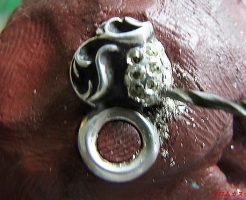 宝石と同じ直径のドリルで石合わせをします。