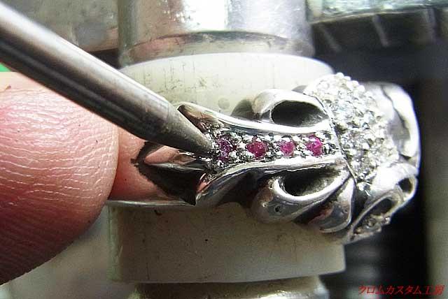 ナナコたがねで、爪を丸めながら宝石を固定します。