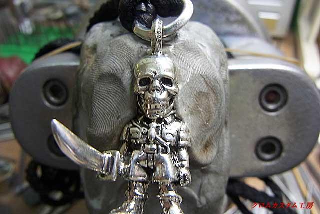 まず、ペンダントをモデリングで彫刻台に固定します。