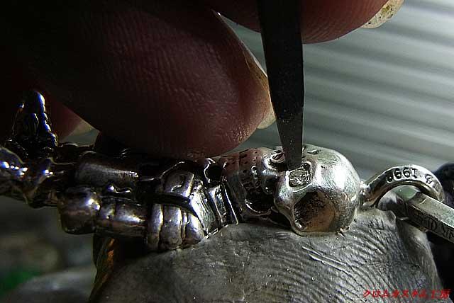 ダイヤモンドをセットして、タガネでシルバーの部分を叩いて石を固定します。
