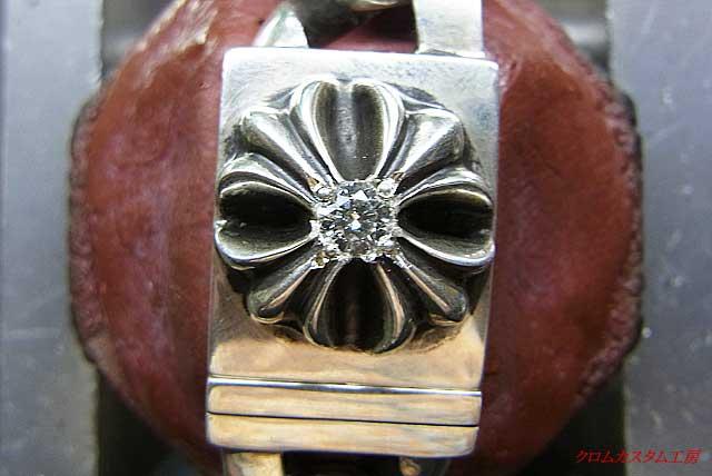 タガネで、銀を彫って爪になる地金を彫り起こして、ナナコタガネで丸めます。
