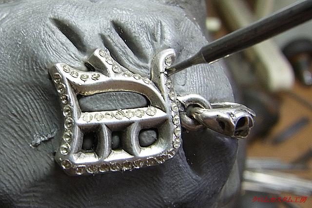 ダイヤモンドと同じ直径のドリルで、ダイヤが平行に座るように同じ深さで削ります。