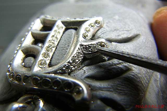 ダイヤを載せて、両端からタガネで、銀を彫ってセットしていきます。