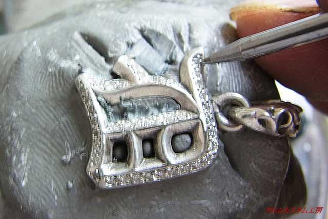 よし、ラスト!ナナコタガネで、爪を丸めてセットします。 あとは、イブシを入れて完成です。