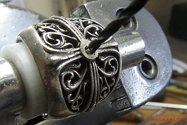 まず中央の突起をヤスリで削り取り、ブルーサファイヤと同じ直径のドリルで穴を空けます。