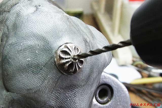 中央のダイヤと同じ直径のドリルで穴を開けます。