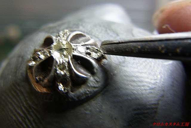 ピンセットでダイヤをつかんで乗せる・・・深さOK