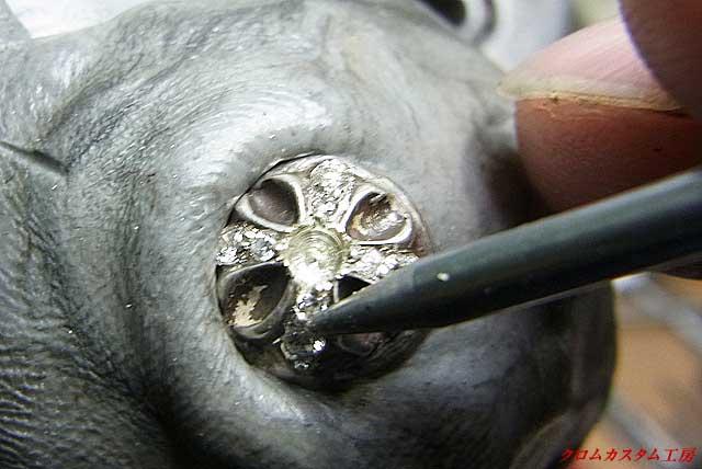 ナナコタガネ(グリグリとも言います)で爪を固定していきます。