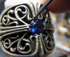 タガネで銀を彫り起こして爪になる部分を作ります。