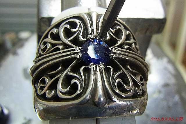 ナナコタガネで、爪を丸く加工しながら石を固定します。