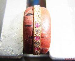 ダイヤとピンクサファイヤを、タガネで爪を掘り起こして、ナナコタガネで丸めてセッティングします。