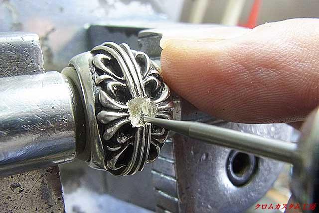 石を沈めるために、リューター(電動ドリル)で底を削ります。