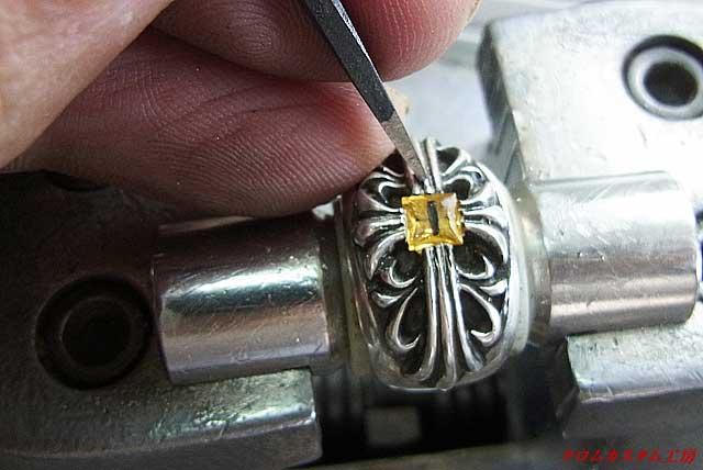 今回は、彫るタガネでは無く、叩くタガネで銀を叩いて爪にします。