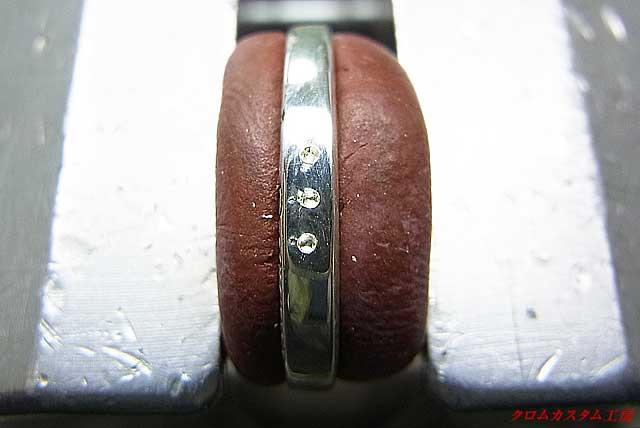 ダイヤの直径より小さいドリルで、下穴を開けます