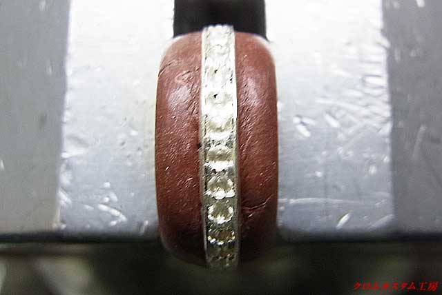 両端のラインを毛彫りタガネで彫り、爪になる部分を彫っておきます。