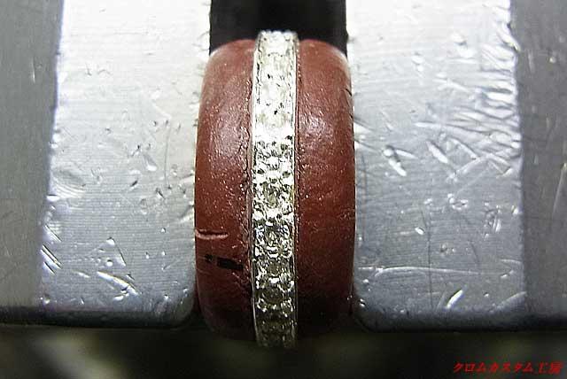 ダイヤをのせて、タガネで爪を彫り起こし、ナナコタガネで丸めます。