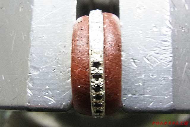 ブラックダイヤをセットして、タガネで爪を彫り起こしナナコタガネで丸めます。