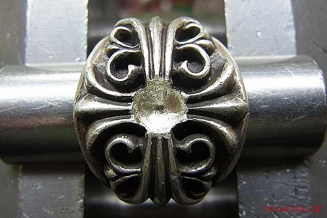 突起を削り取り、サファイヤと同じ直径のドリルで穴を開けると同時に深さも調整します。 削りすぎると、石が沈みすぎるので慎重に・・・