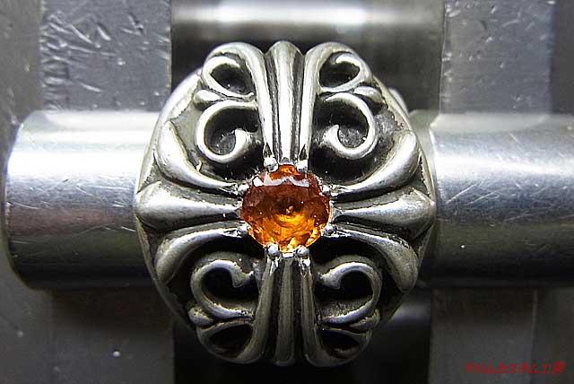 サファイヤを乗せて、タガネで銀を彫り起こして、ナナコタガネで丸めます。 あとは、イブシを入れて完成です。