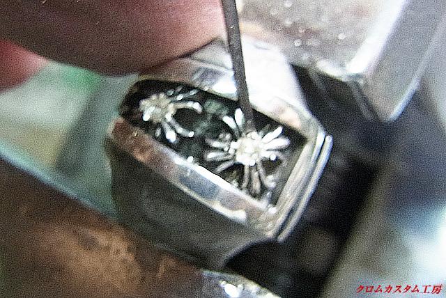 ダイヤをのせてタガネで銀を彫りながらセットします。