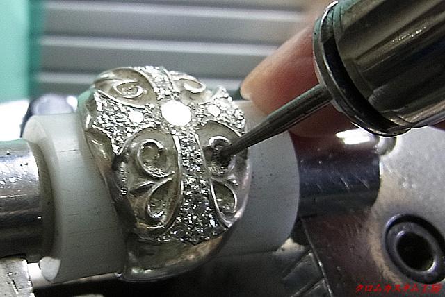 ガードル(直径が一番大きい部分)が入るように、ソロバン形のカッターで円形に削ります。