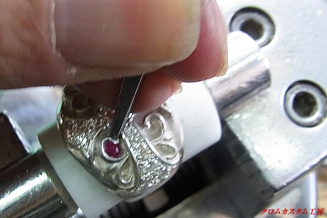 タガネで、銀の部分を叩いて固定します。