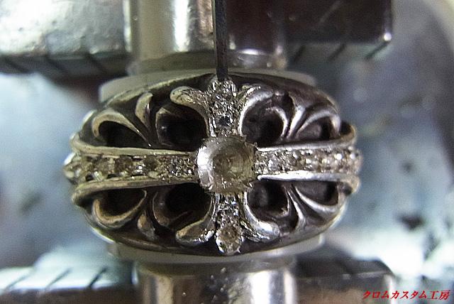 タガネで、銀を彫り起こして固定します。