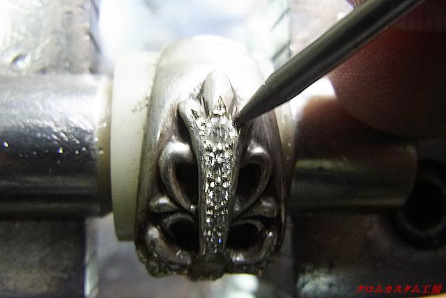 ナナコタガネで、爪を引っかからないように丸く加工します。