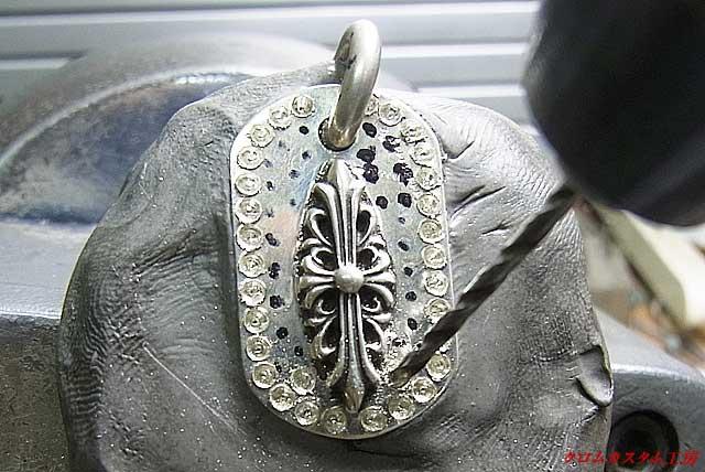 ダイヤモンドと同じ直径のドリルで穴を開けると同時に石の座る位置も同じになるように調整します。