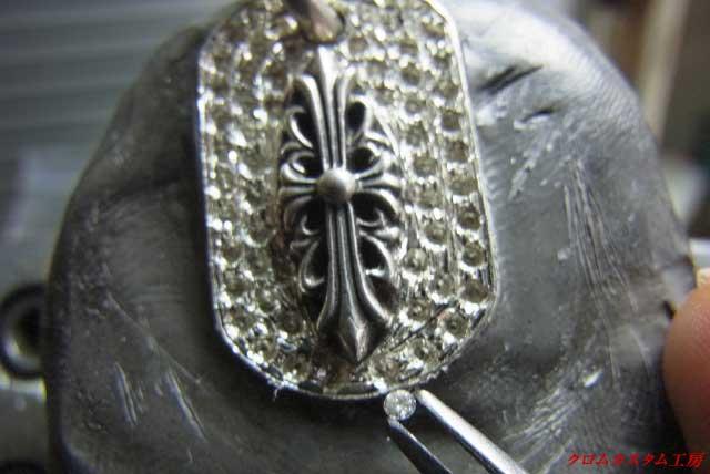 ピンセットでダイヤモンドをつかんで、穴に載せます。