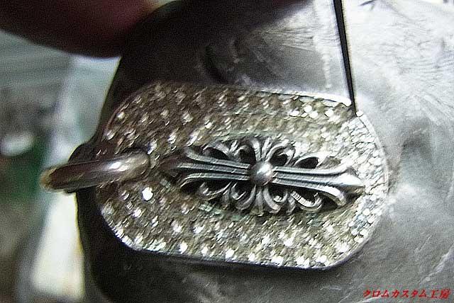 タガネで銀を彫り起こしてダイヤをセットしていきます。