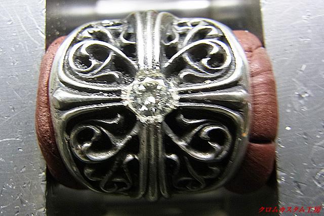 ダイヤと同じ直径のドリルで穴を開けると同時に深さも調整します。