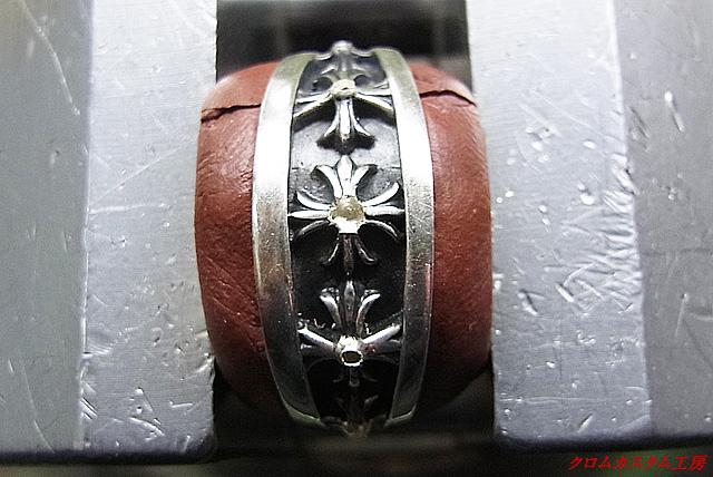 ダイヤと同じ直径のドリルで削って、ダイヤのテーブル面が均等になるようにします。