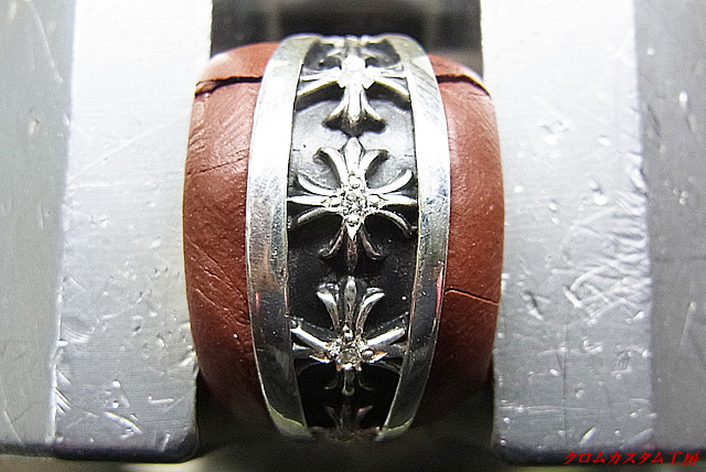 ダイヤモンドを載せて、タガネで爪を作り、ナナコタガネで爪を丸めます。