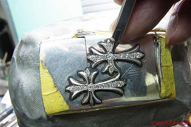タガネで銀を彫りながらセットします。