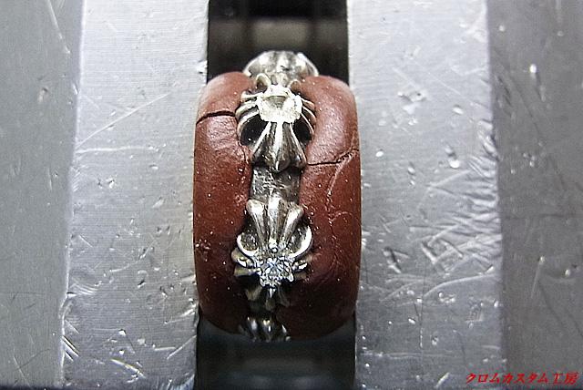 ダイヤモンドをセットして、タガネで周辺の銀を彫り、ナナコタガネで爪を丸めます。