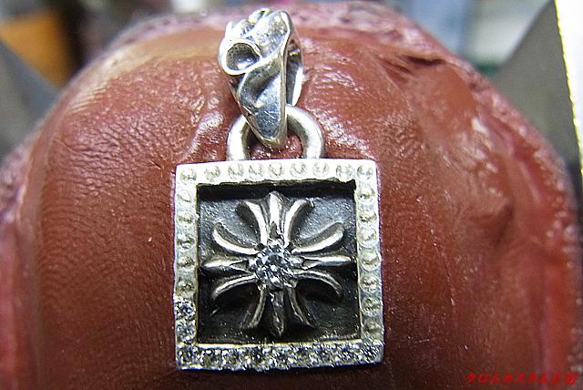 次に、ダイヤモンドを載せてタガネで固定していきます。