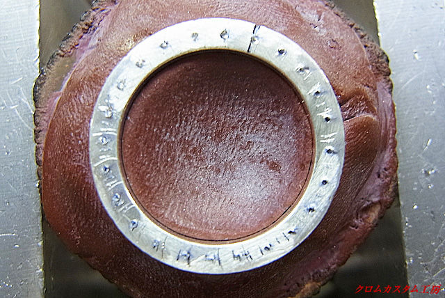 彫刻台にセットして、穴を開ける部分にポンチで印を付けます。