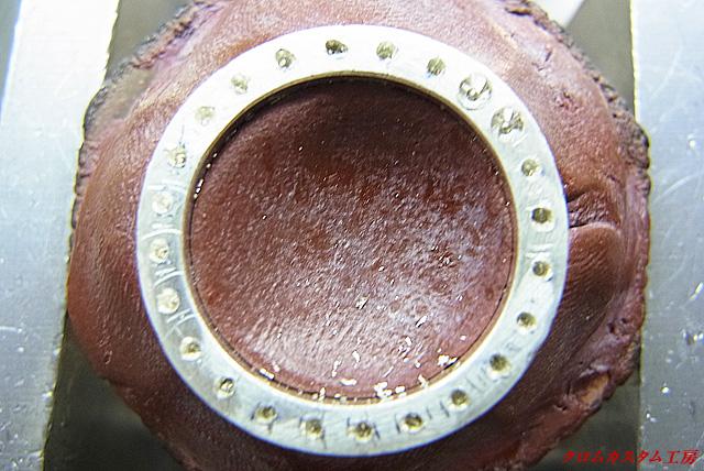 サファイヤよりも直径の小さいドリルで下穴を開けます。