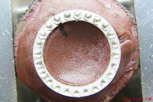 宝石と同じ直径のドリルで、均等な深さになるように銀を削ります。