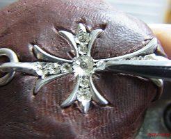 クロスの部分、全部を石が座る様に削り,ダイヤモンドをセットしていきます。